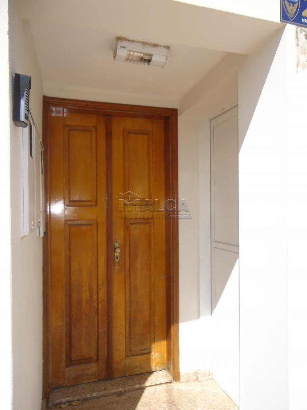Alugar Apartamentos / Padrão em São José do Rio Pardo R$ 950,00 - Foto 2